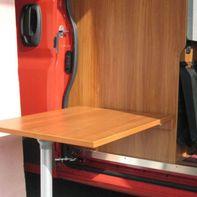 Un panneau de bois comme table à manger