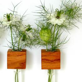 Praktische magnetische Blumenvase aus Holz